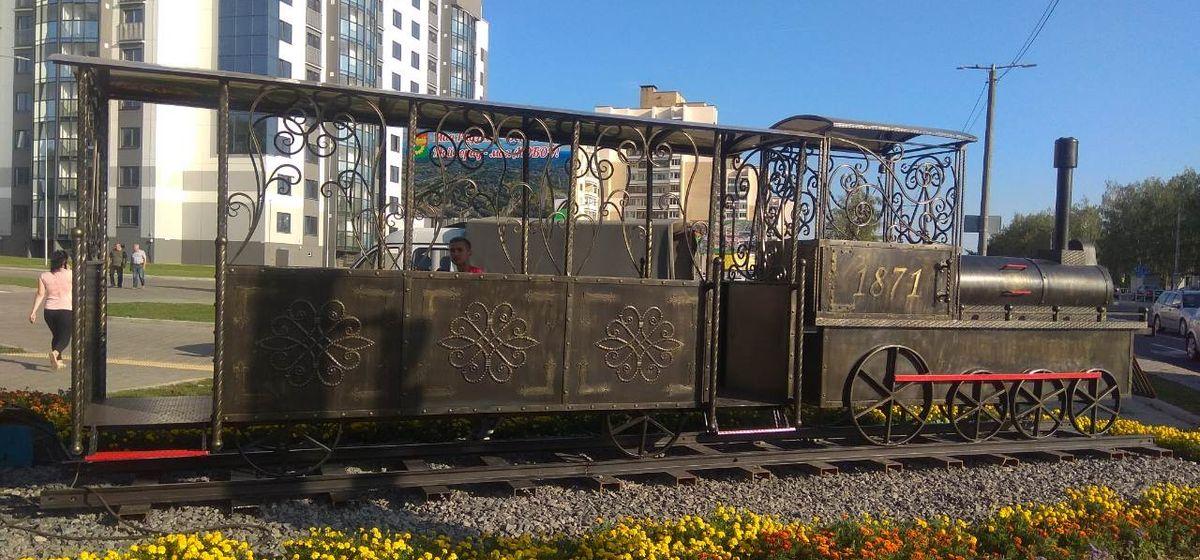К паровозу в Северном микрорайоне «прицепили» вагон. Фотофакт
