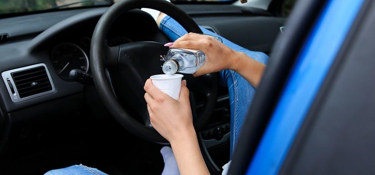 Пьяная автомобилистка остановилась по требованию ГАИ и уснула за рулем. Видео