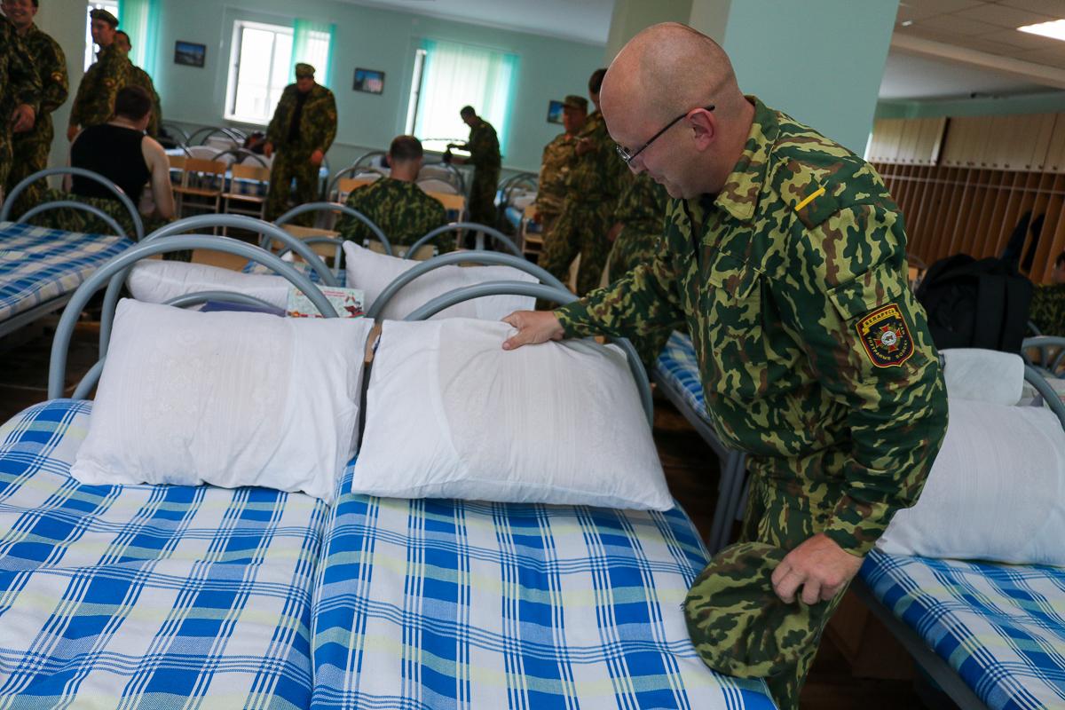 Условиями жизни в казарме во время прохождения сборов Александр Григович остался доволен. Фото: Александр ЧЕРНЫЙ