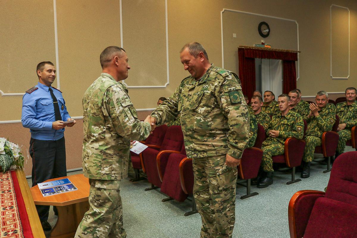 Старшему сержанту запаса Сергею Момотюку вручают медаль. Фото: Александр ЧЕРНЫЙ