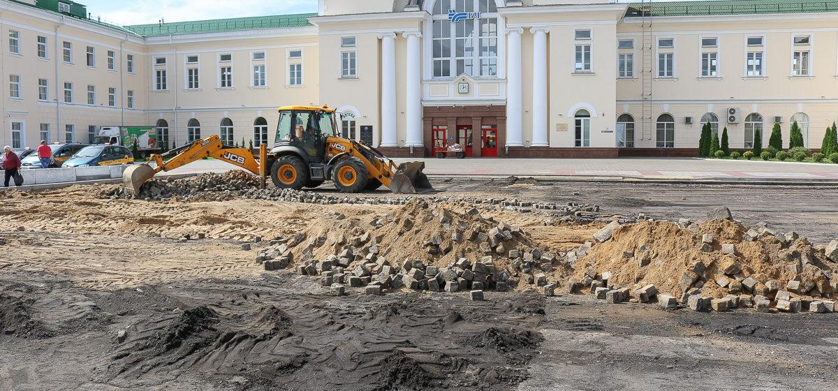Старинную брусчатку нашли на привокзальной площади в Барановичах. Строители ее разбирают и вывозят на переработку
