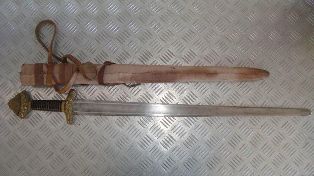 Минчанин пытался провезти меч через белорусско-польскую границу
