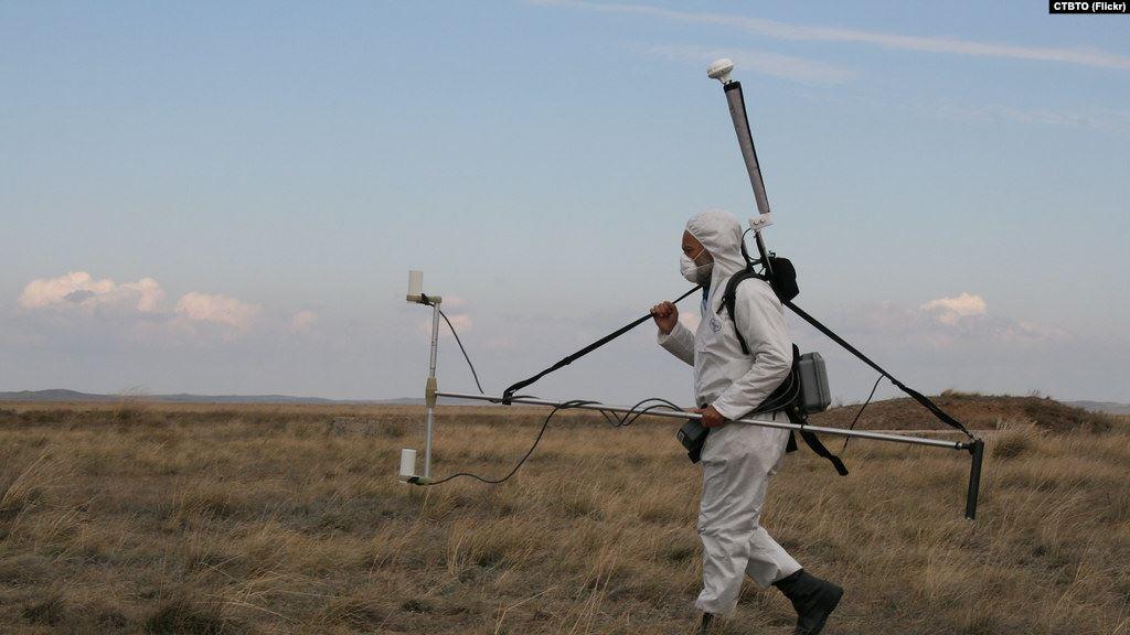 Инспектор Организации Договора о всеобъемлющем запрещении ядерных испытаний проводит проверку магнитного поля Земли после проведения подземного ядерного взрыва. Фото: golos-ameriki.ru