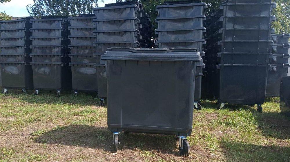 Барановичское городское ЖКХ меняет старые мусорные контейнеры на новые. Фото
