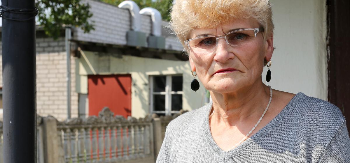 Соседские войны. Пенсионерка установила камеру, чтобы поймать соседа на нелегальной покраске машин. «Все запахи у меня в доме, не могу дышать»