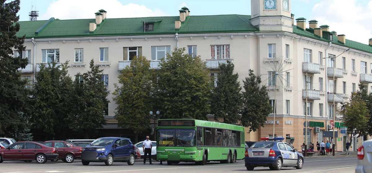 Ford и городской автобус столкнулись на площади в Барановичах. Фотофакт
