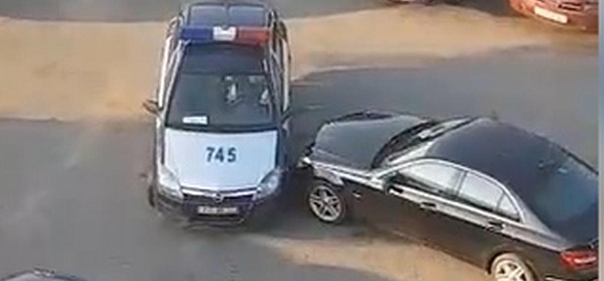 Сотрудник ГАИ в Минске так выезжал со стоянки, что на него самого вызвали ГАИ