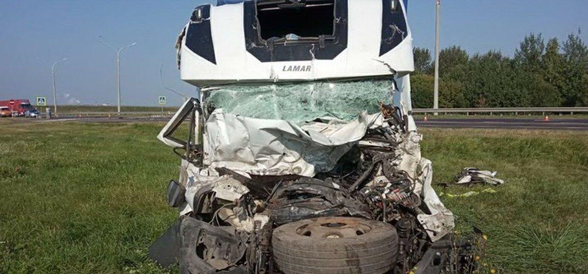 На М1 Mitsubishi остановился у перехода, в него врезался Iveco. Погиб один из водителей