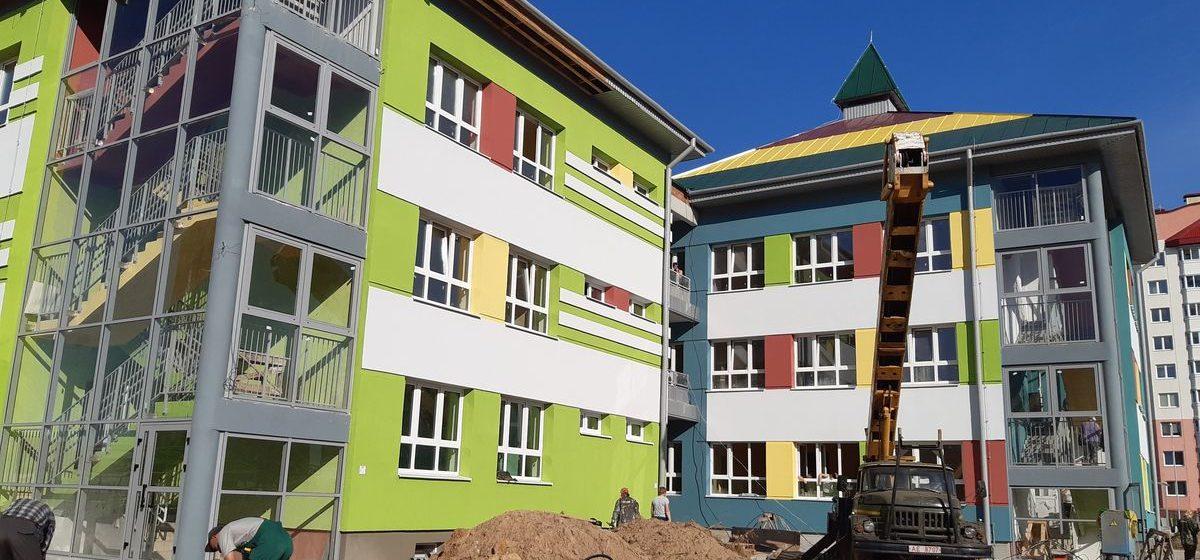 Найдите 10 отличий. В Пинске построили детский сад, очень похожий на тот, что возводят в Барановичах в м-не Боровки