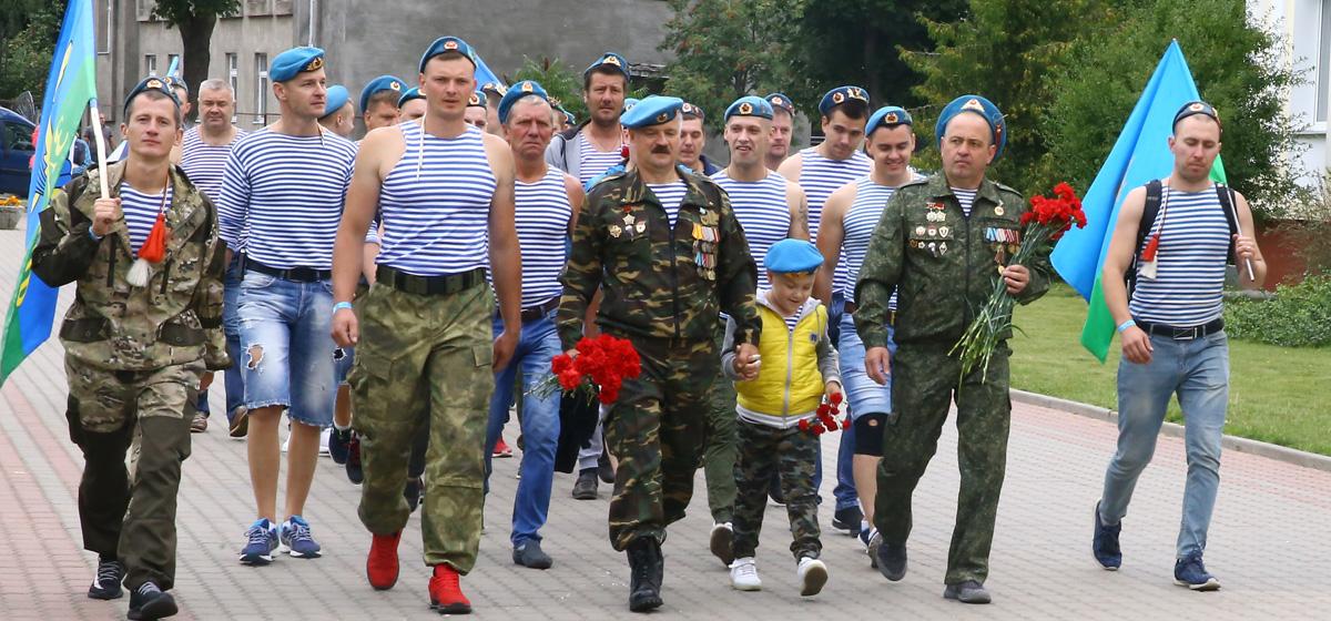 Как прошел день ВДВ в Барановичах. Возложение цветов, подарки детям, показательные выступления роты разведки (видео)