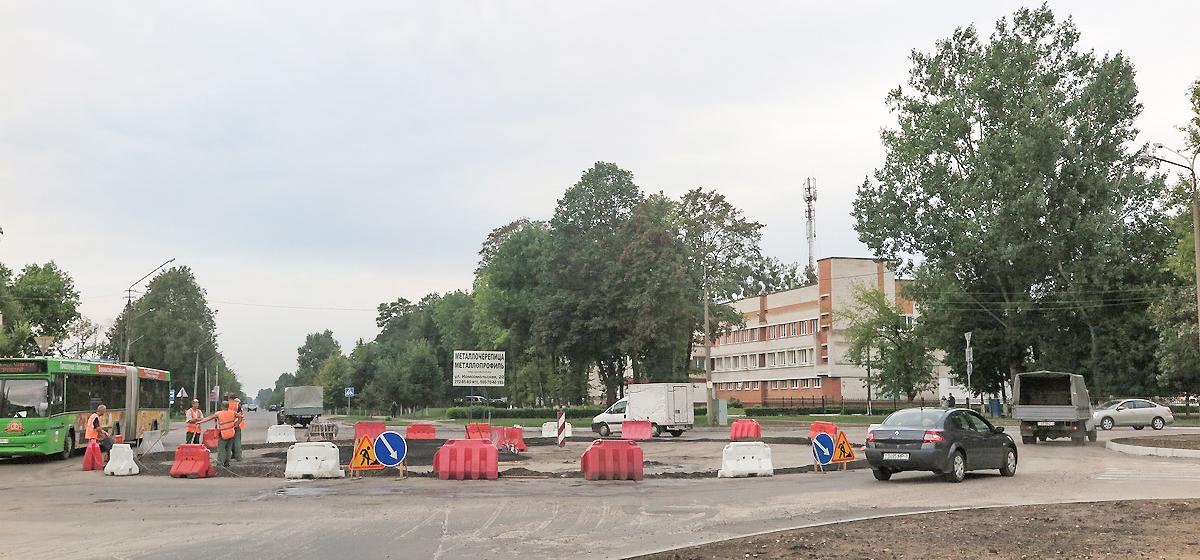 Обустройство кольцевой развязки на пересечении улиц Слонимское шоссе, Бадака и Крайней. Фото: Ангелина БАБЫЛЕВА