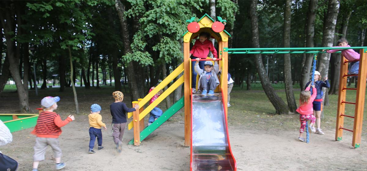 Новый детский игровой комплекс установили в барановичском парке «Натхнёныя Перамогай». Фотофакт