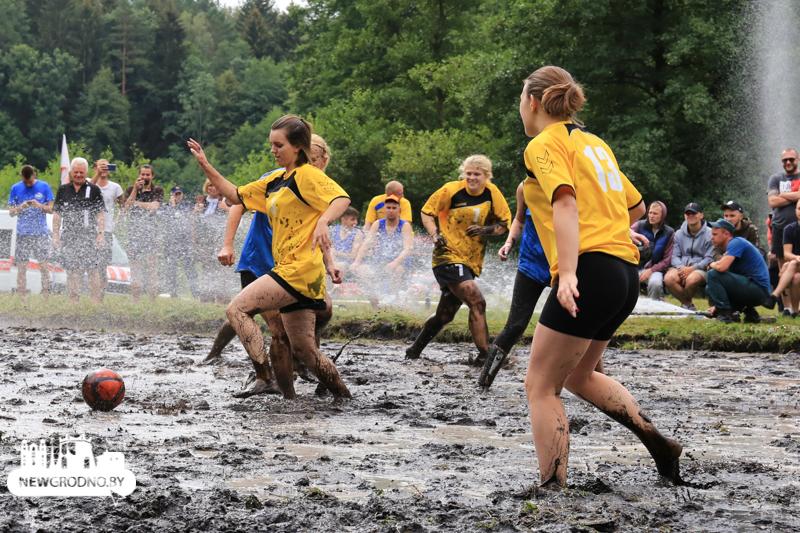 Футбольный матч на болоте провели белорусские женщины и привлекли внимание мировых СМИ