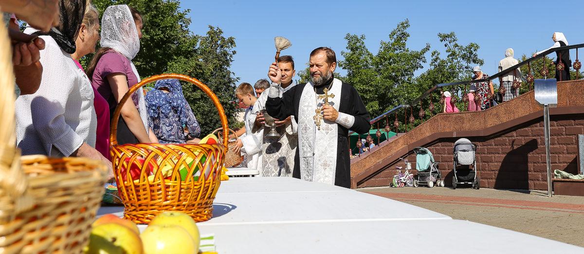 Как освящают фрукты на Яблочный Спас в Барановичах. Фоторепортаж