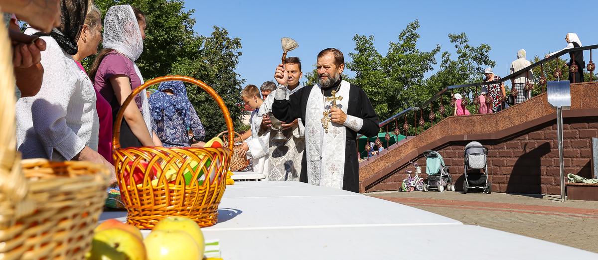 Освящение даров природы возле храма Святых Жен-Мироносиц. Фото: Александр ЧЕРНЫЙ