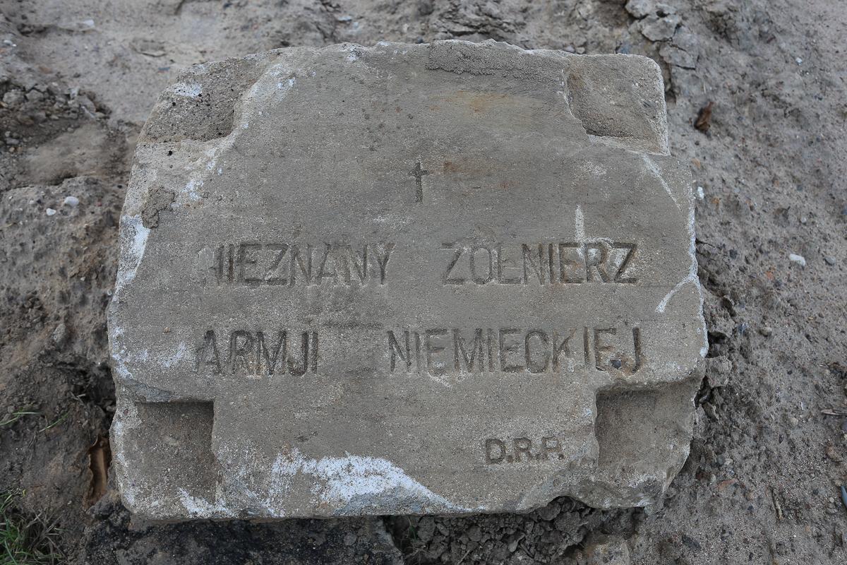 Надмогильная плита, найденная на улице. Фото: Александр ЧЕРНЫЙ