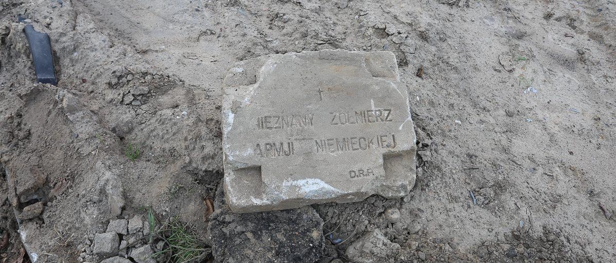 Надмогильную плиту немецкого солдата, погибшего в Первую мировую войну, нашли при благоустройстве улицы в Барановичах