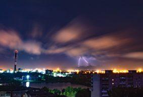 Молнии, ветер и огни ночного города: жители Барановичей поделились красивыми фото ночной грозы
