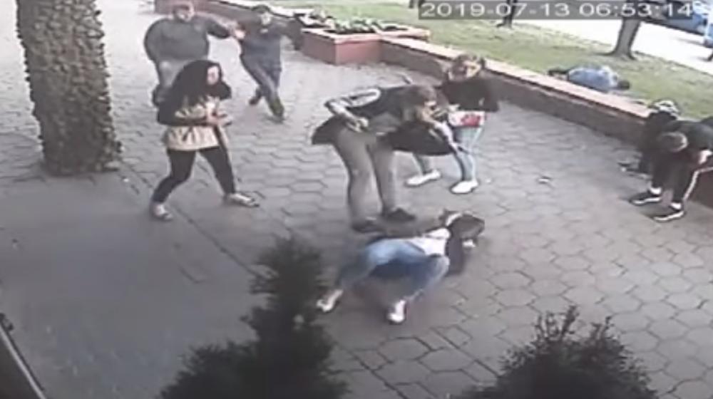 Женщина жестоко избила девушку, с которой познакомилась в минском кафе. Драка попала на камеру видеонаблюдения