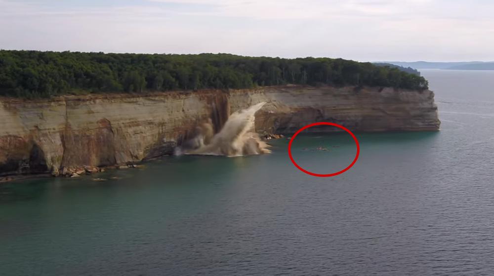 Гребцов в каяках чуть не накрыло огромным куском скалы в США. Видеофакт
