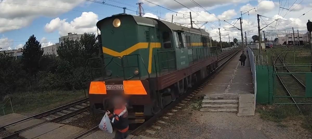 Появилось видео, как маневровый локомотив сбил мужчину в Барановичах