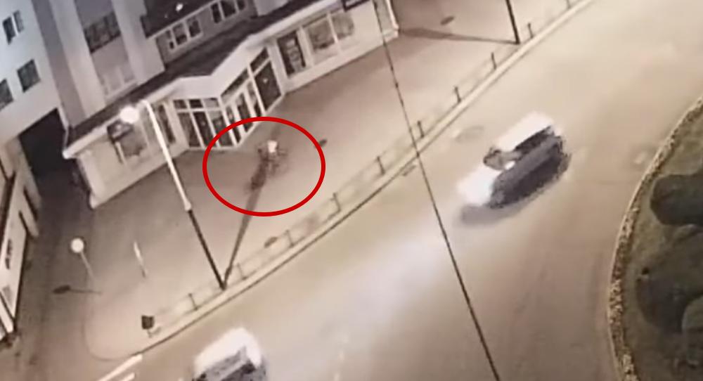 На камеру видеонаблюдения попал момент жесткого столкновения двух велосипедистов в Бресте
