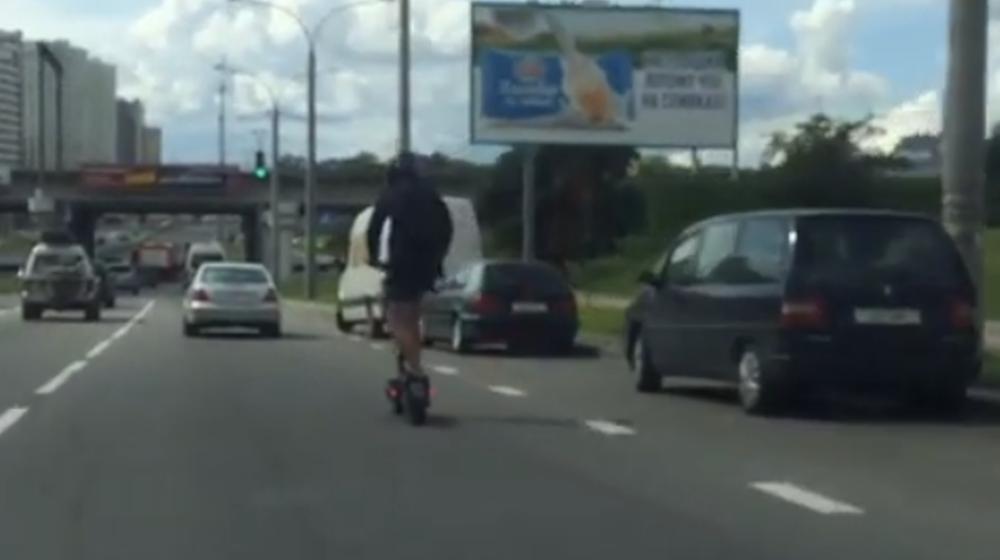 В Минске электросамокатчик ехал по дороге со скоростью 70 км/ч. Видеофакт