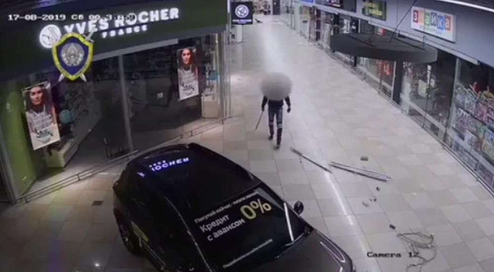 Появилось видео, как пьяный парень крушил топором гипермаркет в Бресте