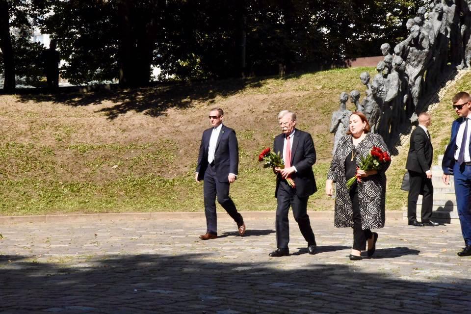 Джон Болтон и Временный поверенный в делах США в Беларуси Дженнифер Мур посещают мемориал «Яма» в Минске. Фото: Посольство США в Минске