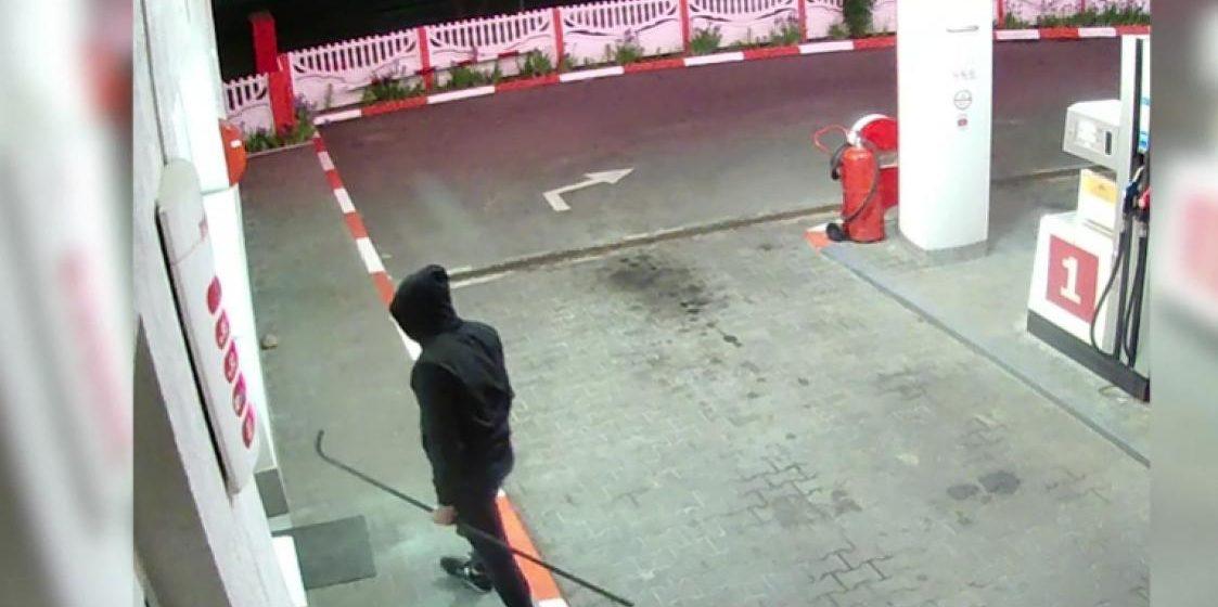 Брестчанин ограбил заправку с помощью двухметровой трубы. Видео