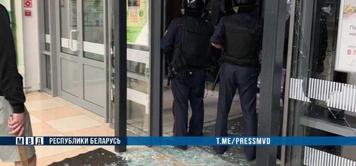 Парня с топором, который ночью ворвался в гипермаркет в Бресте и стал все крушить, будут судить