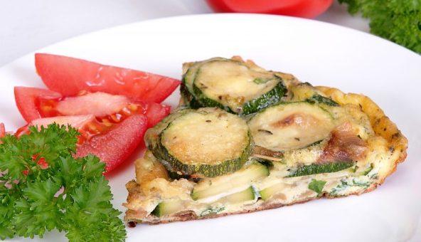 Вкусно и просто: запеканка из кабачков, яиц с зеленью, сметаной и сыром
