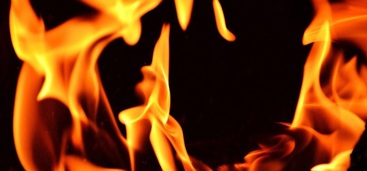 Микроавтобус сгорел в гараже в Барановичах