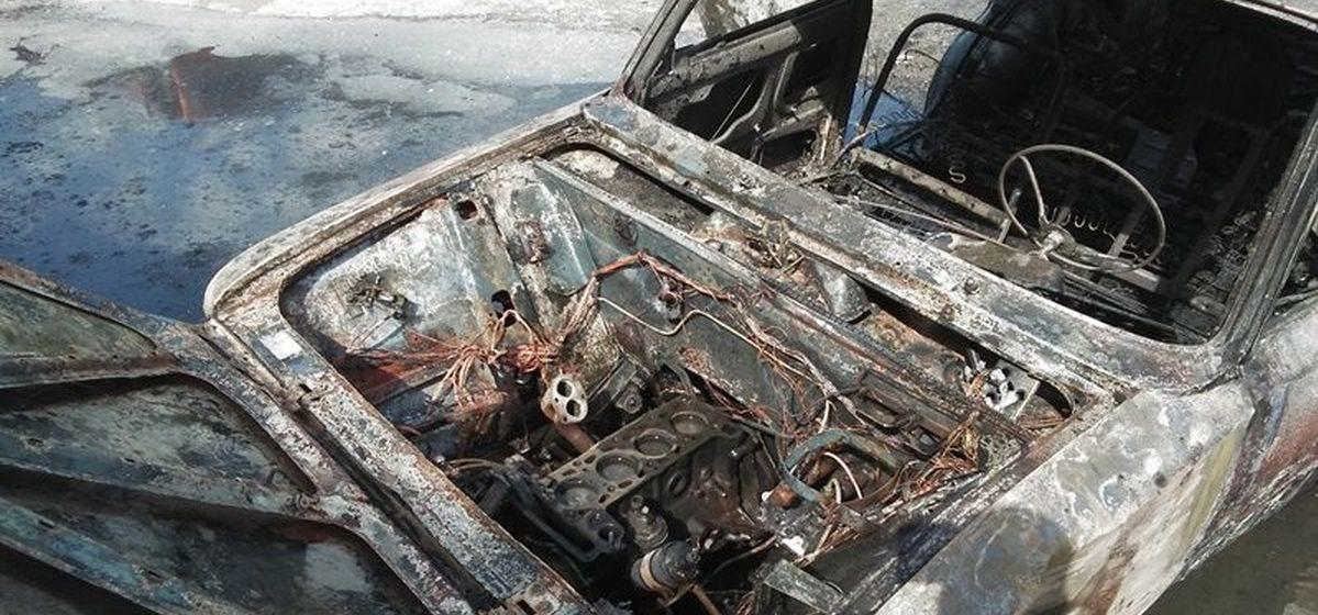 В Барановичах полностью сгорел легковой автомобиль
