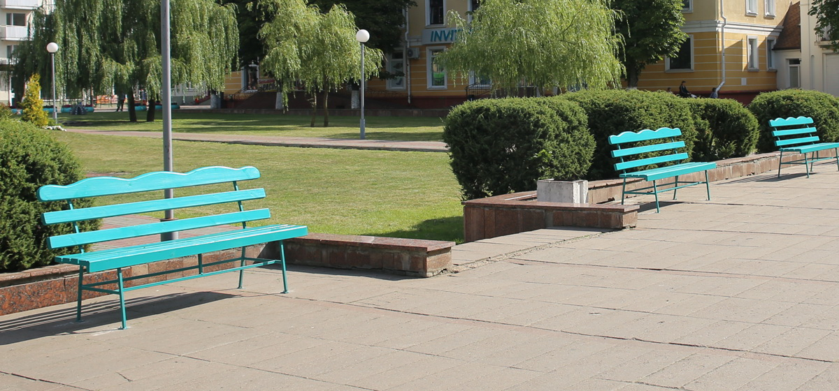 Возле городского Дома культуры в Барановичах установили скамейки