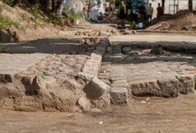 Как и в Барановичах, строители в Варшаве нашли брусчатку при реконструкции дороги. Сравните, что было дальше!