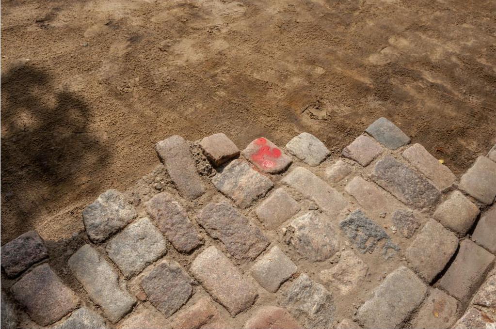 Фрагменты найденной брусчатки в Варшаве. Фото: https://tvnwarszawa.tvn24.pl