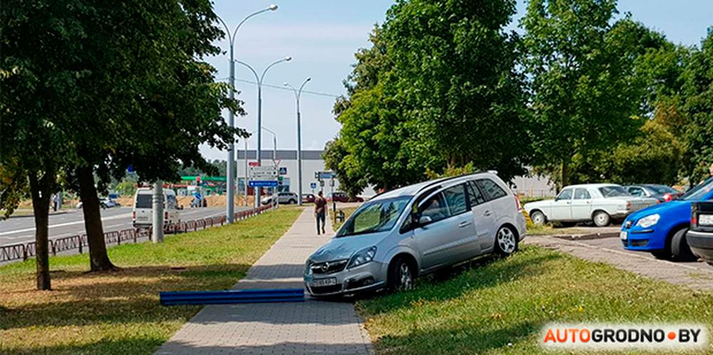 Opel неожиданно вылетел на тротуар прямо перед мамой с коляской в Гродно