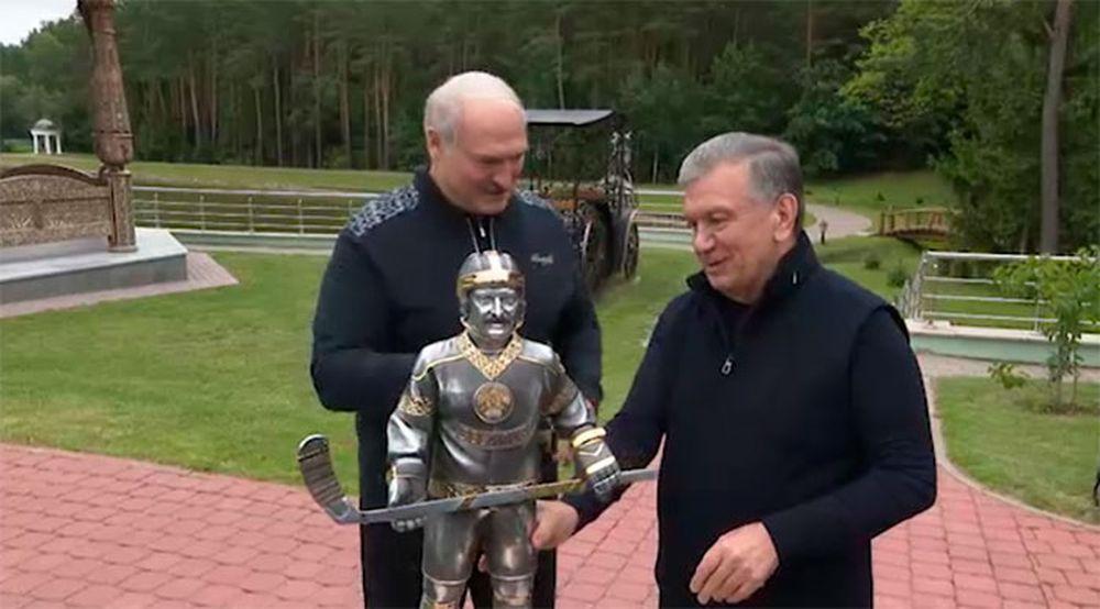 Президенты Узбекистана и Беларуси обменялись подарками. Лукашенко получил статую хоккеиста, а Мирзиеев вышиванку и статуэтку зубра