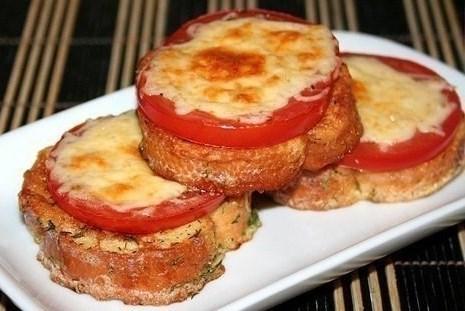 Вкусно и быстро: гренки с помидорами и сыром на завтрак