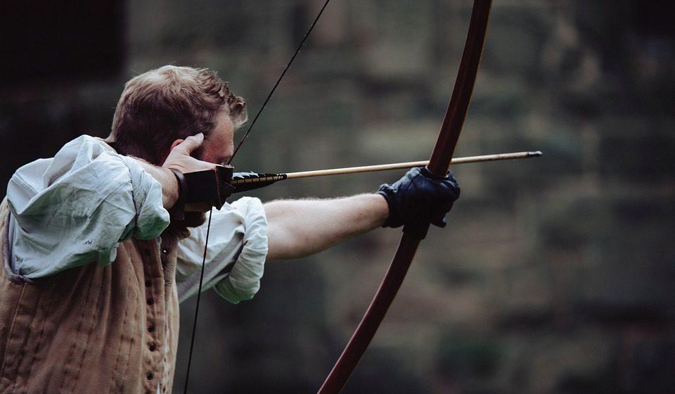 «Робин Гуд» под Островцом: мужчину в лесу ранили стрелой в шею