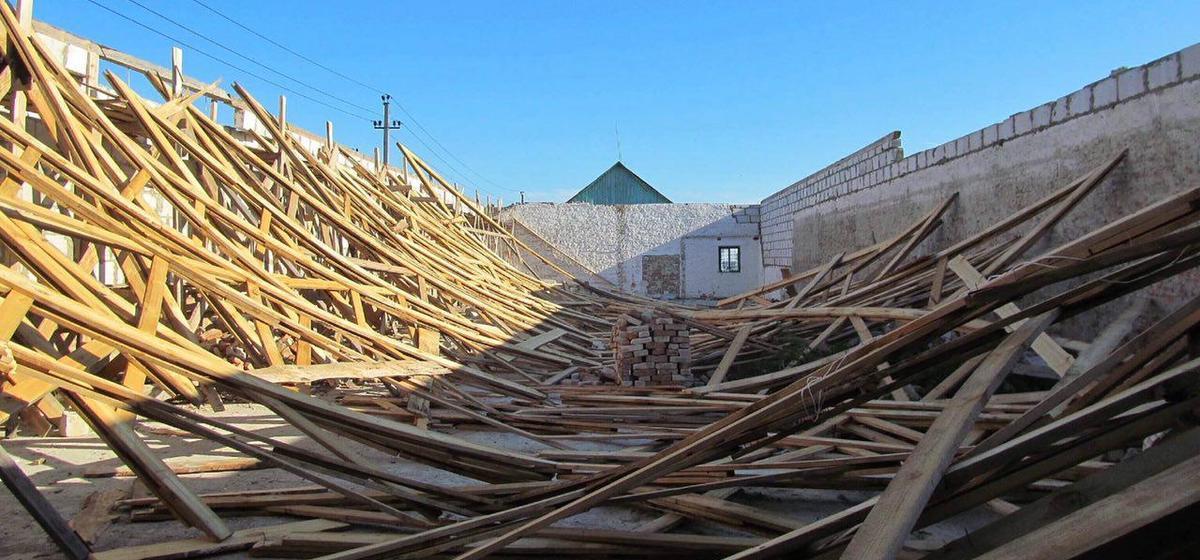 Мужчина ремонтировал крышу детского сада в Березе и упал с восьмиметровой высоты, а под Жабинкой двух мужчин придавило стропилами