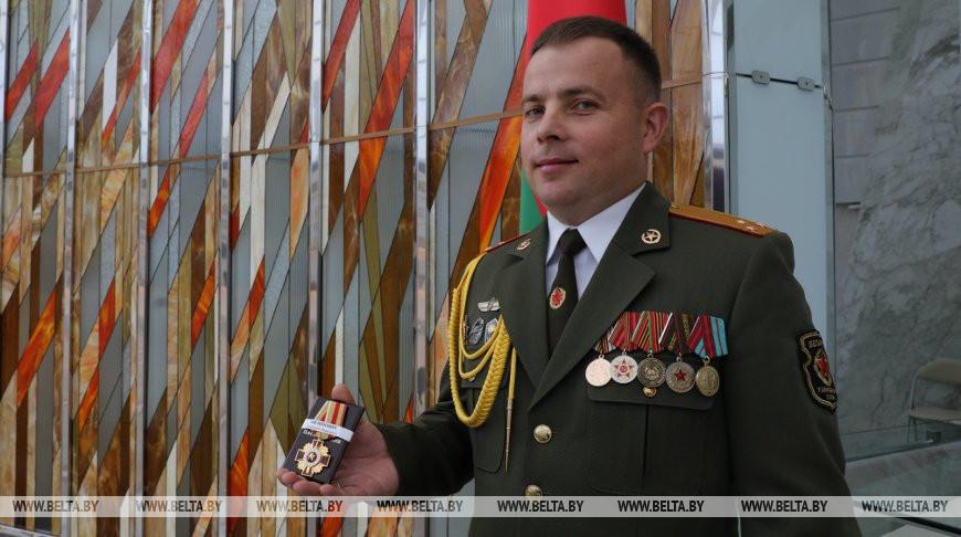 Министр обороны вручил орден офицеру, спасшему солдата при взрыве гранаты