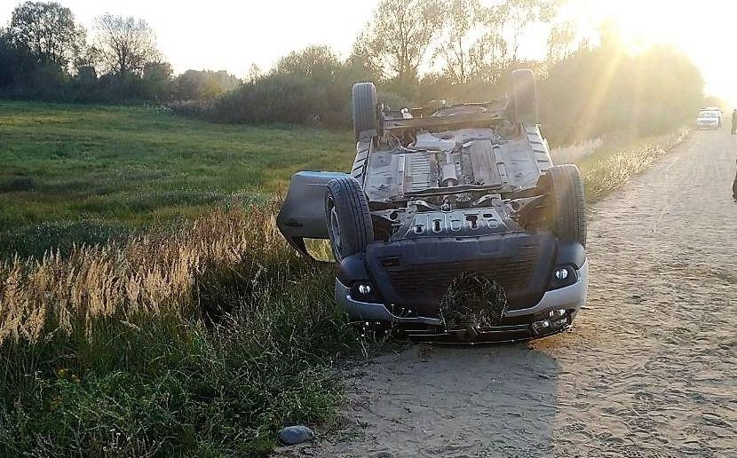 Под Щучином легковушка несколько раз перевернулась, водитель погиб
