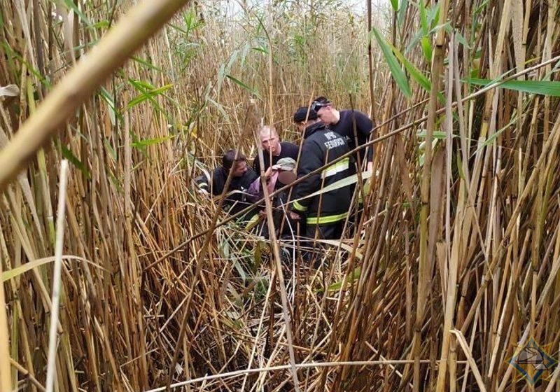 73-летний пенсионер выпал из лодки и застрял на заболоченном участке Черного озера