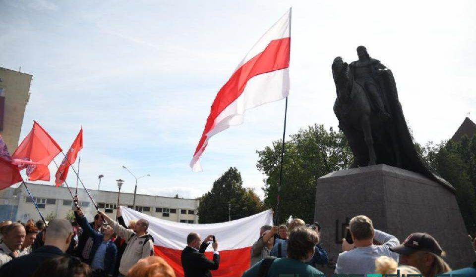 В Лиде под бело-красно-белым флагом открыли памятник Гедимину