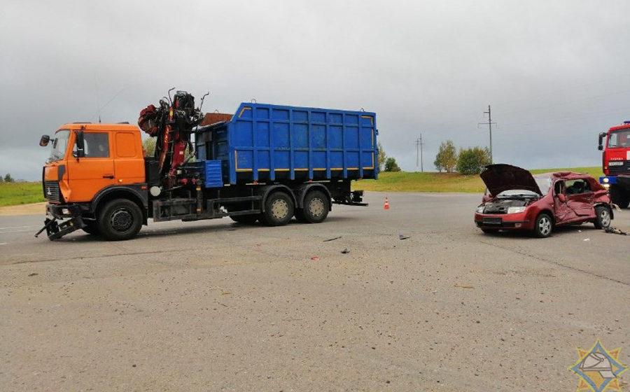 Легковушка столкнулась с тягачом в Минском районе. Водителю-женщине понадобилась помощь спасателей