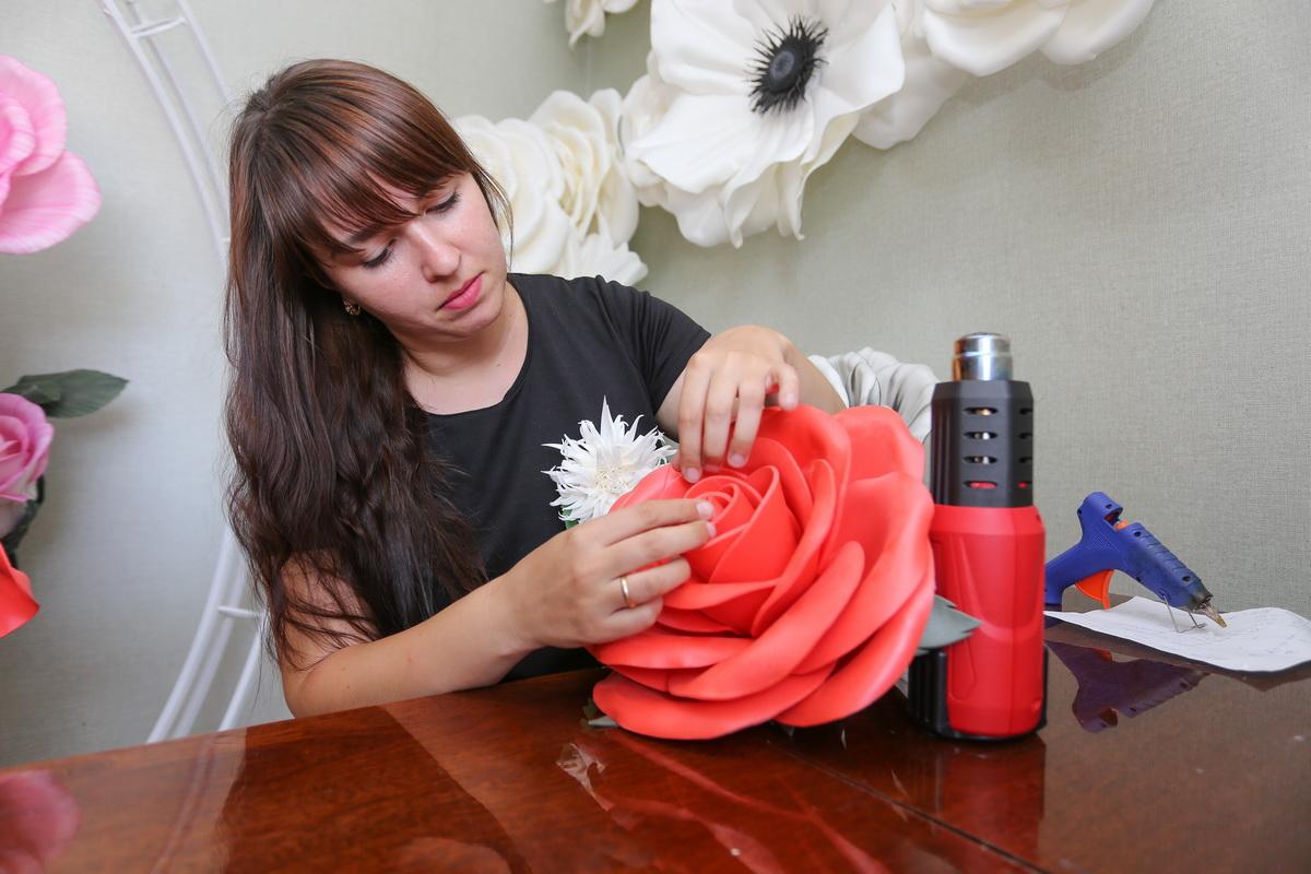 Наталья Глобенко говорит, что на создание одной розы у нее уходит около 4 часов. Раньше на цветок она тратила не одни сутки.  Фото: Александр ЧЕРНЫЙ
