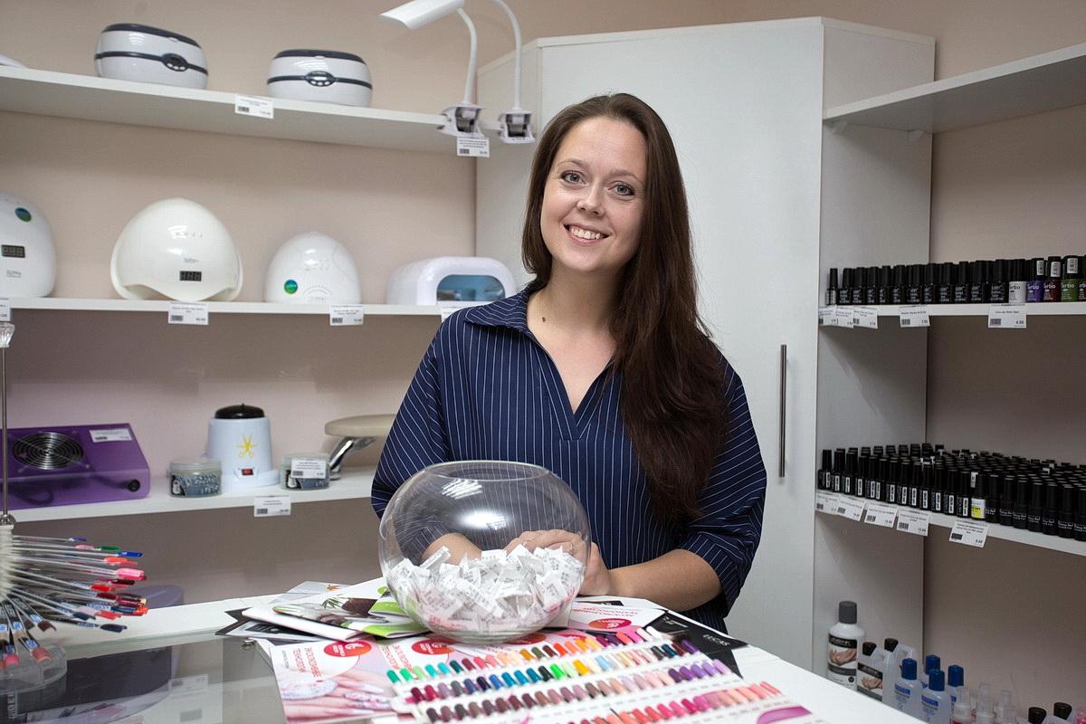 В мае 2019 года Ольга Чернобровина открыла магазин, в котором можно купить материалы, инструменты и аппараты для маникюра. Фото: Александр ЧЕРНЫЙ