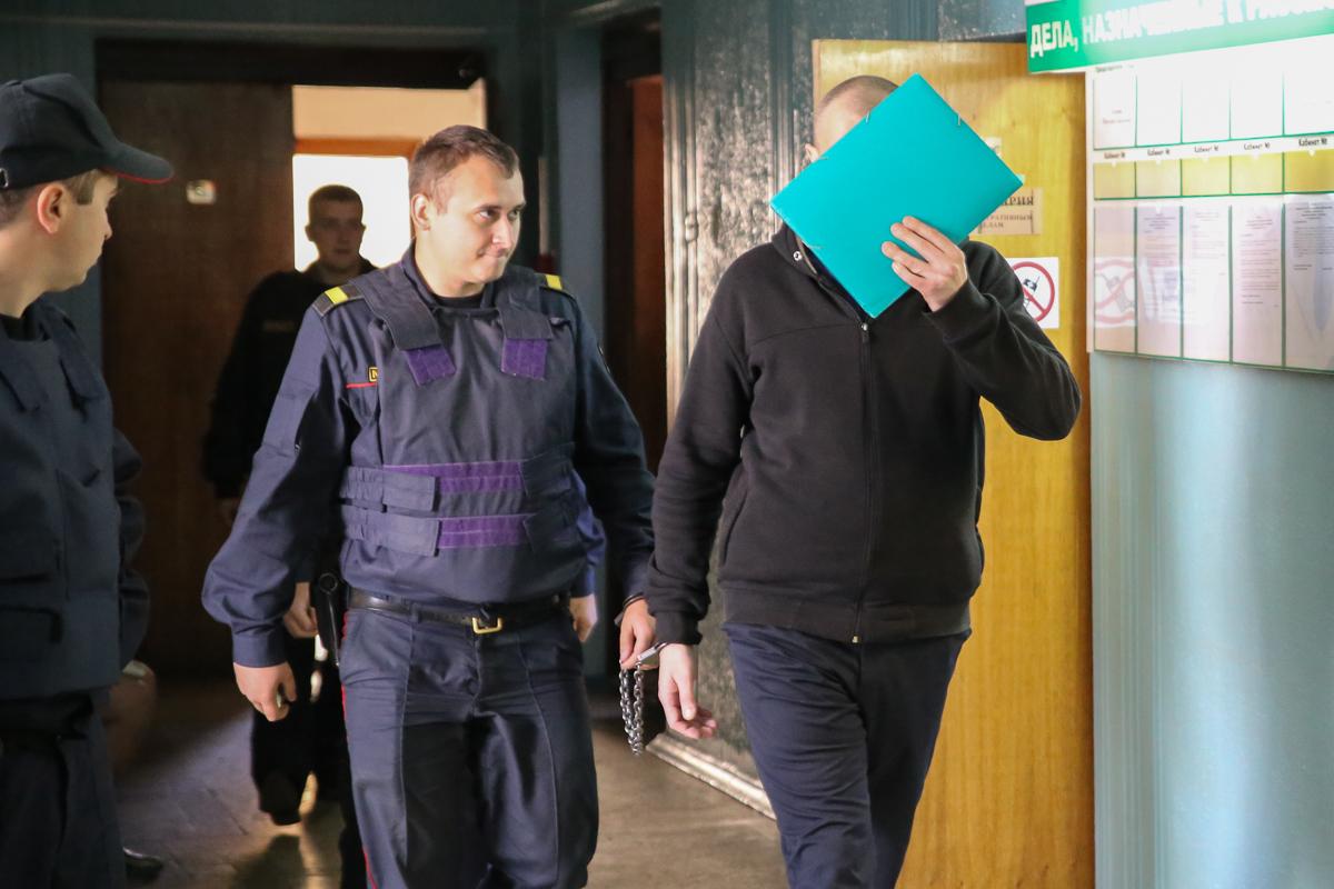 16 сентября 2019 года. Обвиняемых по делу о краже оружия ведут в зал заседания. Фото: Intex-press